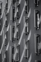 undersidan av en byggnad foto