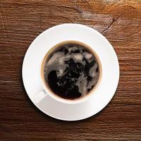 kopp färsk espresso på bordet foto