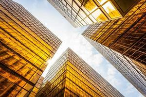 låg vinkelvy av modern skyskrapa exteriör och himmel foto