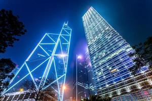 moderna byggnader i staden på natten foto
