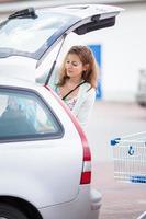 vacker ung kvinna som shoppar mat foto