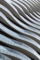 vågfasaddesign - balkonger som vågor flyter elegant. foto