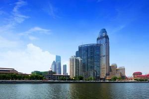 moderna byggnader i urban stad vid flodstranden foto