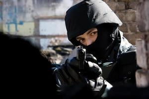 soldat med halvautomatisk pistol foto