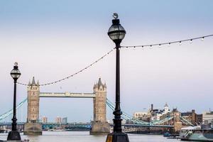 tornbron: london horisont sett från floden thames foto