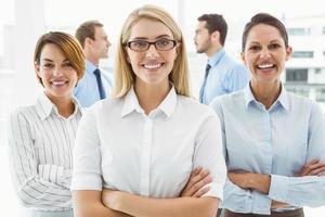 unga affärskvinnor med korsade armar foto