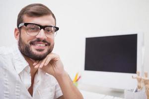 casual designer som ler mot kameran foto