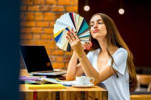 ung designer som arbetar på caféet foto