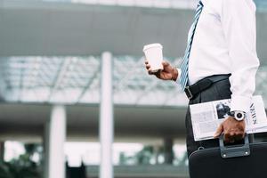 affärsman med kaffe och tidning foto