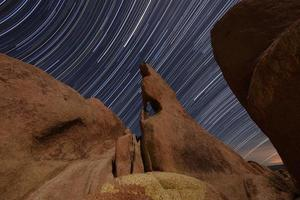 dramatiska stjärnspår i Joshua Tree National Park foto