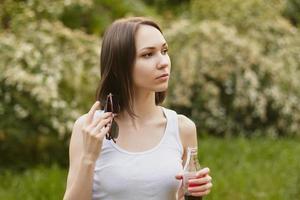 flicka, håller läsk och solglasögon foto
