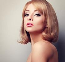 vacker elegant makeup kvinna med blond kort frisyr. tonad foto