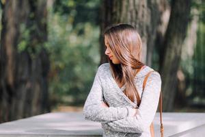 vacker flicka stående på gatan foto