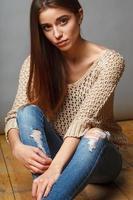 närbild brunett kvinna studio porträtt foto