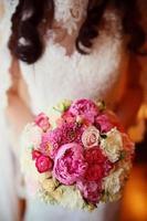 vacker bröllop bukett i händerna på bruden foto