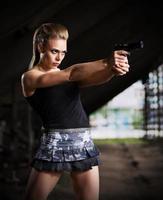 kvinna i uniform med pistol (mörk version) foto