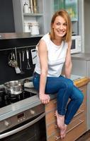 attraktiv kvinna i leende kök foto