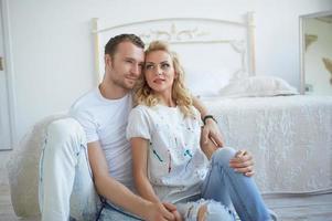 älskande par i ett ljust rum foto