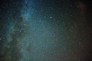perseid meteor duschstjärnor - mjölkig väg foto