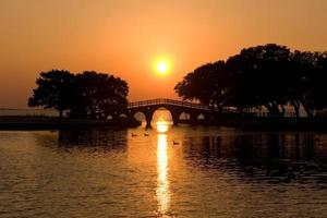 solnedgång på de yttre bankerna foto