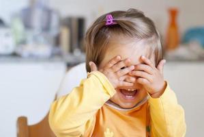 porträtt av en söt glad leende liten flicka foto