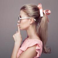 vacker blond kvinna. mode porträtt. foto