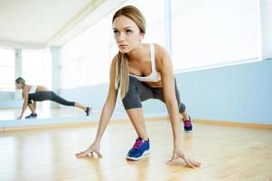 flicka i aerobics klass. foto