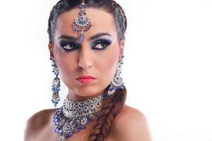 vacker kvinna med lyxig makeup foto