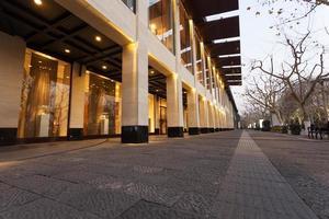 tomt utrymme och modern byggnad exteriör foto