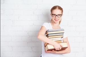 glad framgångsrik studentflicka med bok foto