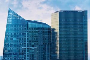 två av skyskrapor på himlen foto