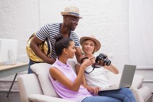 leende flickor visas bilder på kameran av man foto