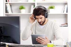 ung affärsman lyssnar musik foto