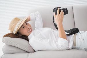 fotoredigerare tittar på hennes kamera