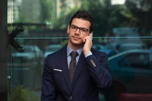 ung affärsman i telefon foto