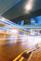på en upptagen hongkong gata natt foto