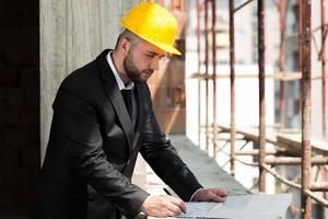 ung byggnadsarbetare i hård hatt foto