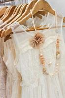 vackra vita klänningar i butiken. foto