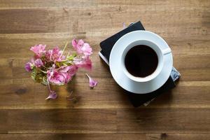 läsa och dricka kaffe foto