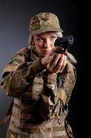 vacker arméflicka med gevär foto
