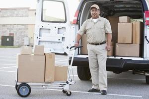 latinamerikansk man levererar paket foto