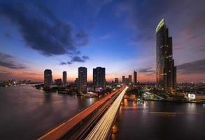 trafik i modern stad, Chao Phraya-floden, Bangkok, Thailand. foto