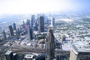 utsikt över Dubai stad från toppen av ett torn. foto