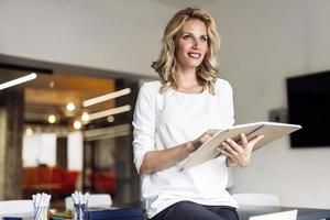 vacker kvinna läser foto