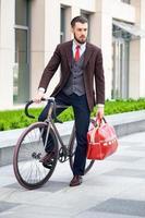 stilig affärsman och hans cykel foto