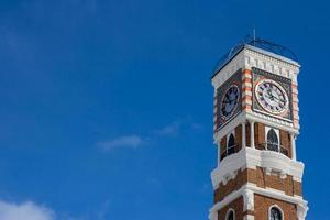 klocktorn med blå himmel foto