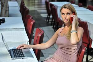 attraktiv ung affärskvinna med varvskiva och smart telefon foto