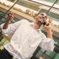 framgångsrik stilig affärsman som pratar på mobil och ler. foto