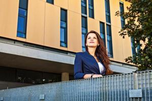 ung kvinna som ser i framgångsrik framtid foto