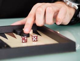 affärsman som spelar backgammon foto